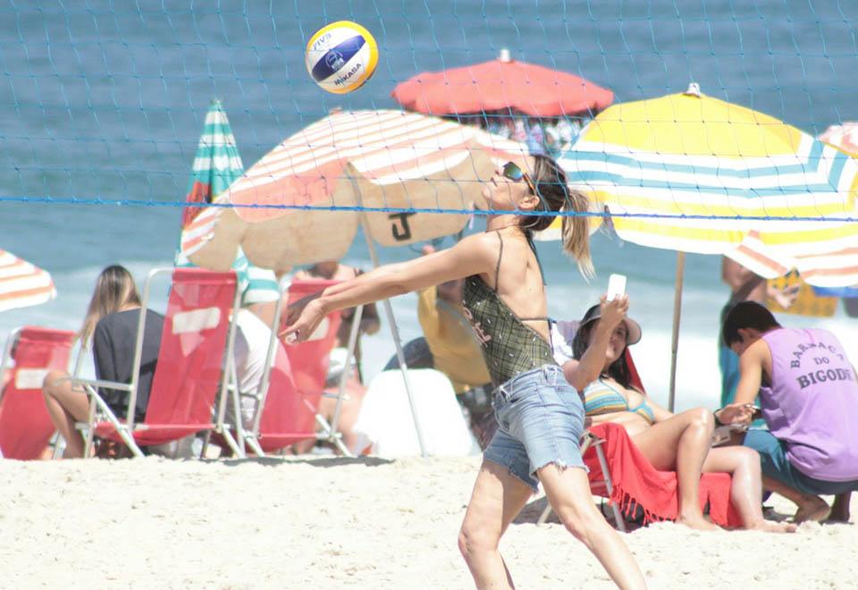 Fernanda Lima aproveita sábado de sol em Ipanema