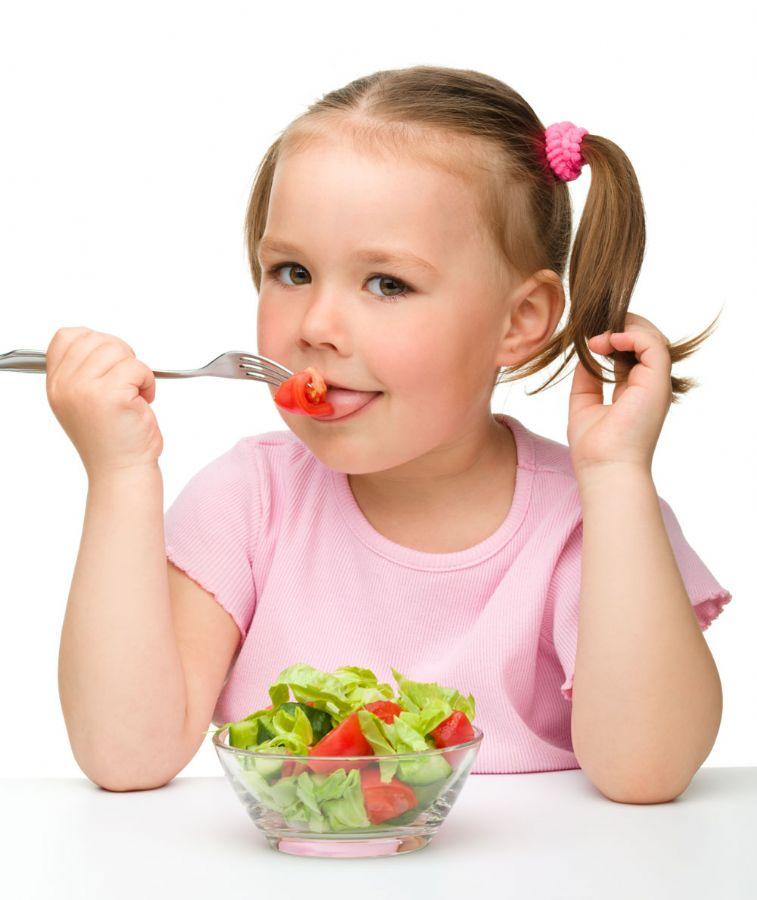 As crianças precisam de uma dieta rica em alimentos energéticos, ferro, vitamina C e cálcio / Foto: Serhiy Kobyakov/AFP