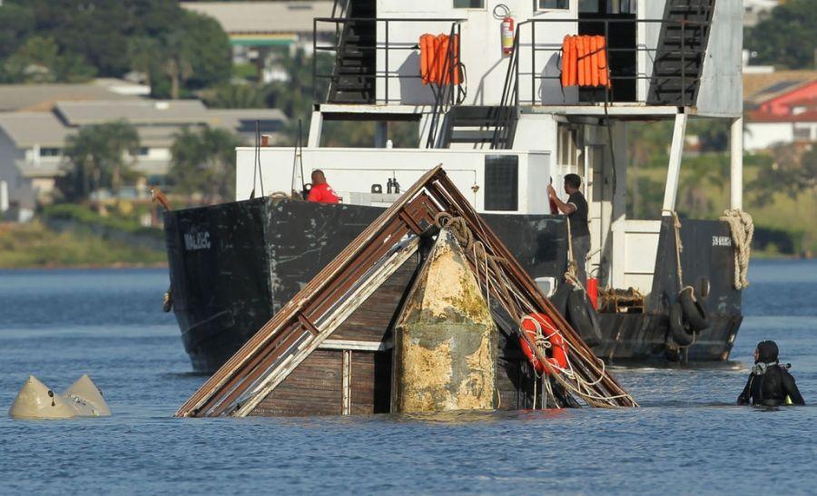 Um barco rebocador foi usado para auxiliar na operação