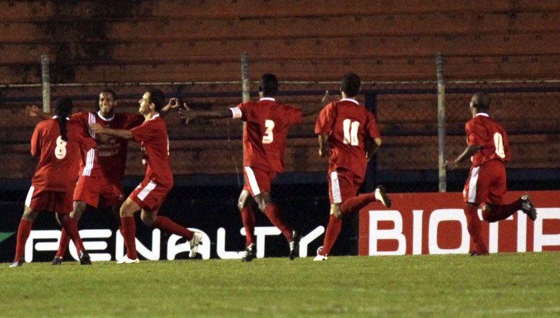 Jogadores do Ituiutaba comemoram gol na vitória sobre o São Caetano: agora é Boa