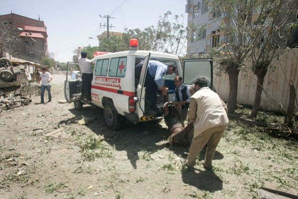 Ambulâncias tentam resgatar feridos no atentado