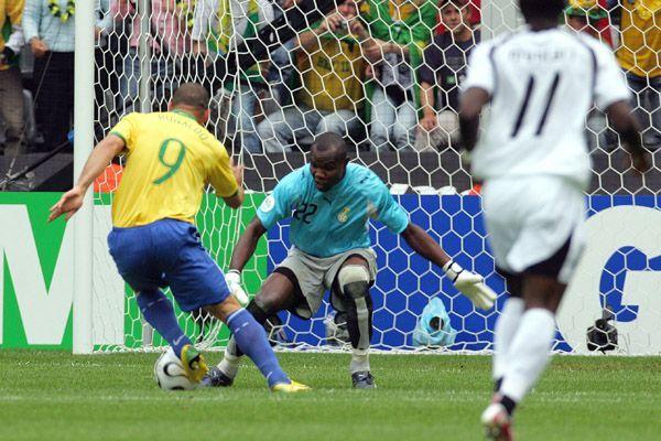 Ronaldo passa pelo goleiro de Gana para marcar seu 15º gol em Copas do Mundo