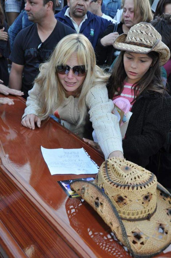 Luciana chora a morte do marido ao lado da filha