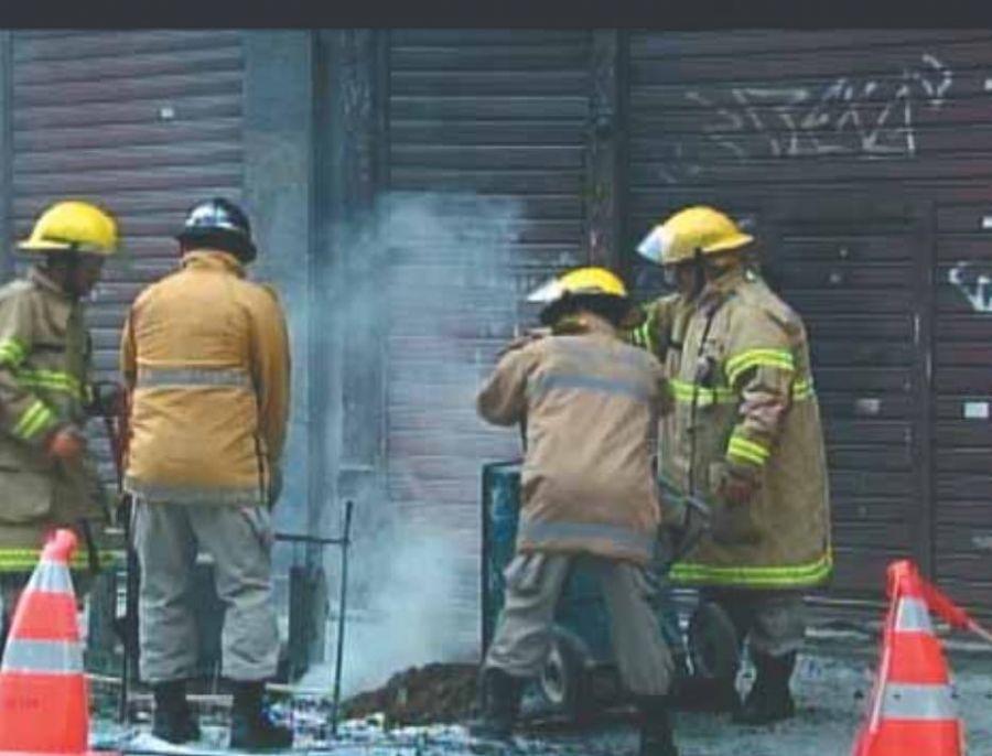 Bombeiros jogaram terra para conseguir apagar o fogo