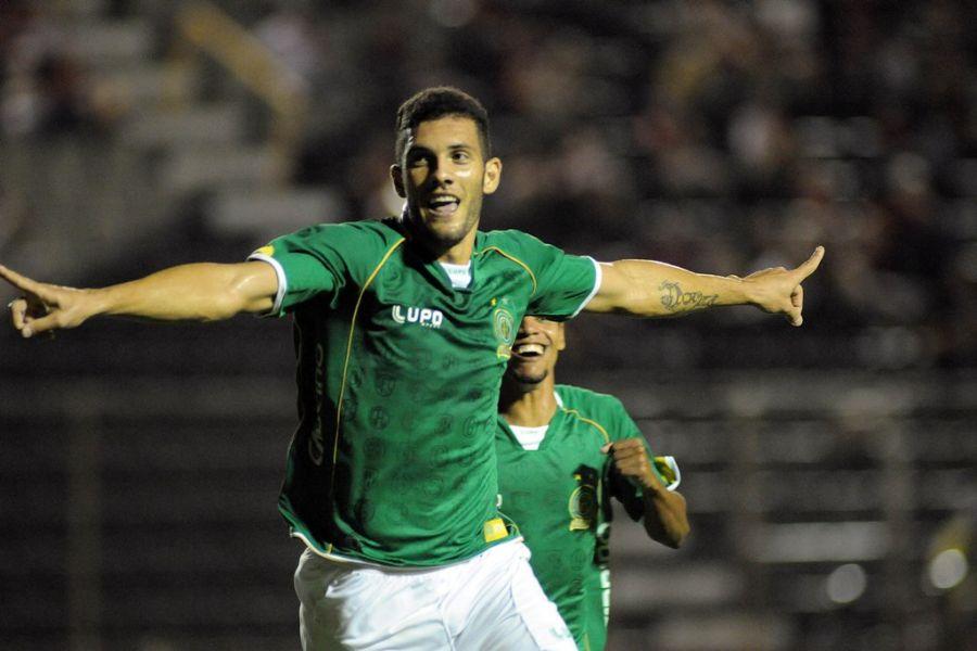 Fernandão comemora único gol na vitória do Guarani em Salvador