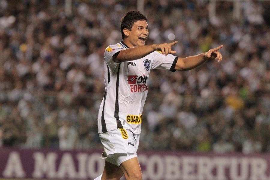 Elkeson comemora gol do Botafogo no empate contra o Ceará fora de casa neste sábado