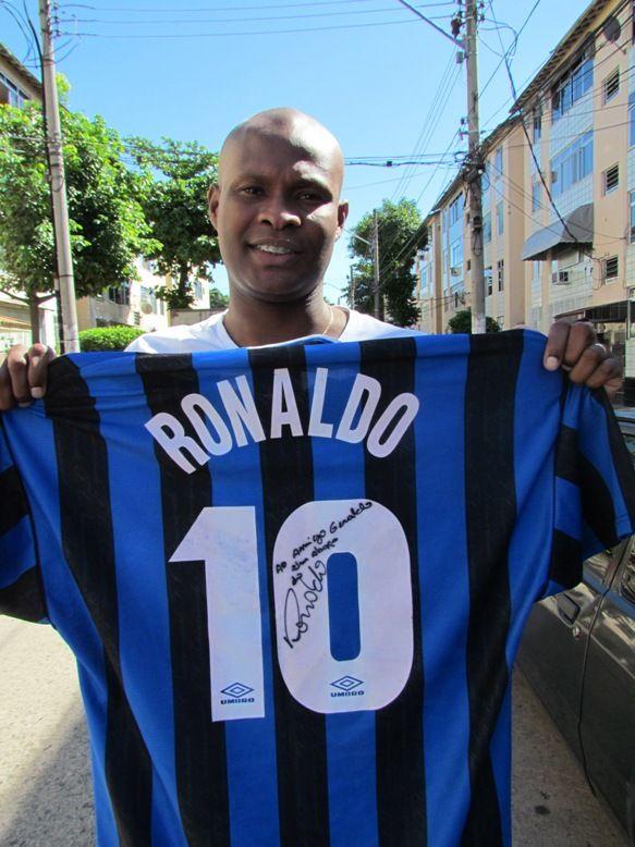 Julio Cesar segura camisa autografada dada de presente ao seu pai, Geraldo