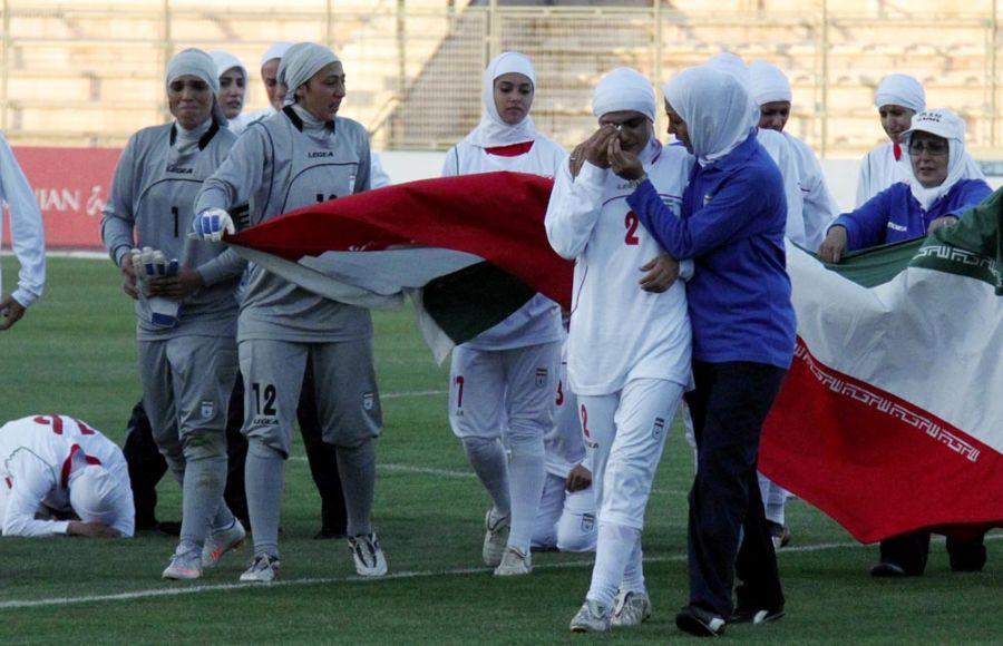 Jogadoras iranianas chorando após serem impedidas de jogar por causa do uso do hijab