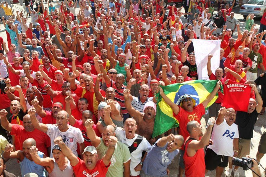 Bombeiros que estão presos no quartel da corporação em Niterói ainda aguardam liberdade