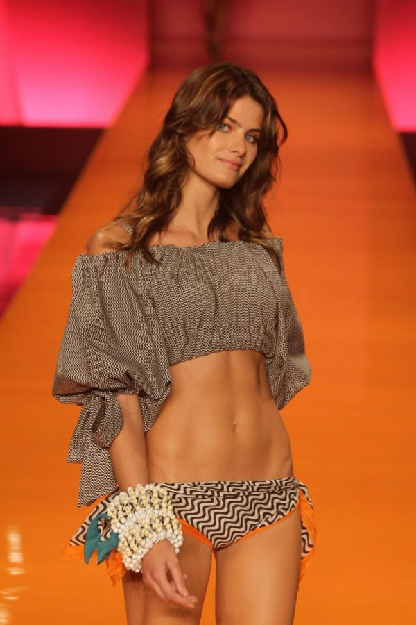 Isabeli Fontana desfilou pela grife Salinas no Fashion Rio