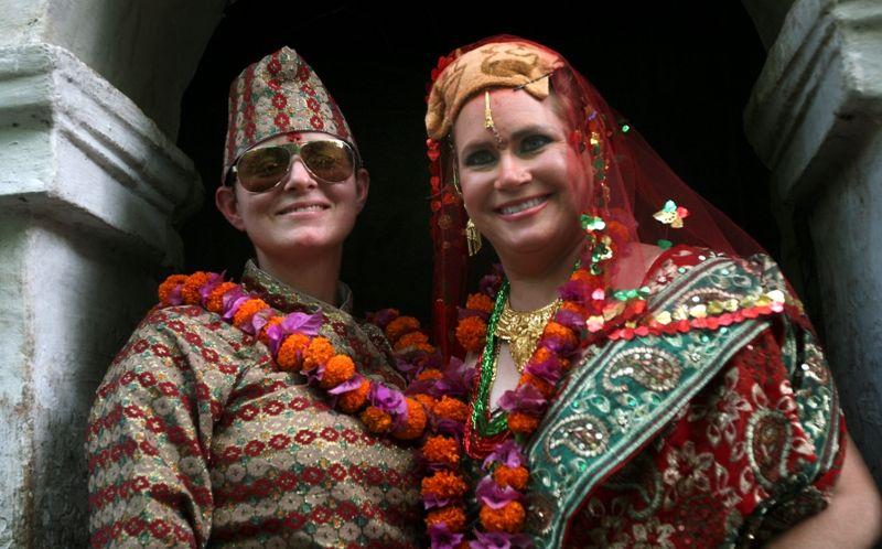 Americanas se casaram em um templo de Katmandu seguindo a tradição hindu