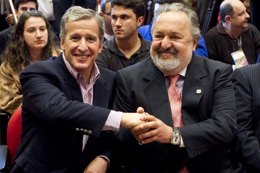 Damiani (à esq.) cumprimenta o presidente do Santos, Luis Álvaro