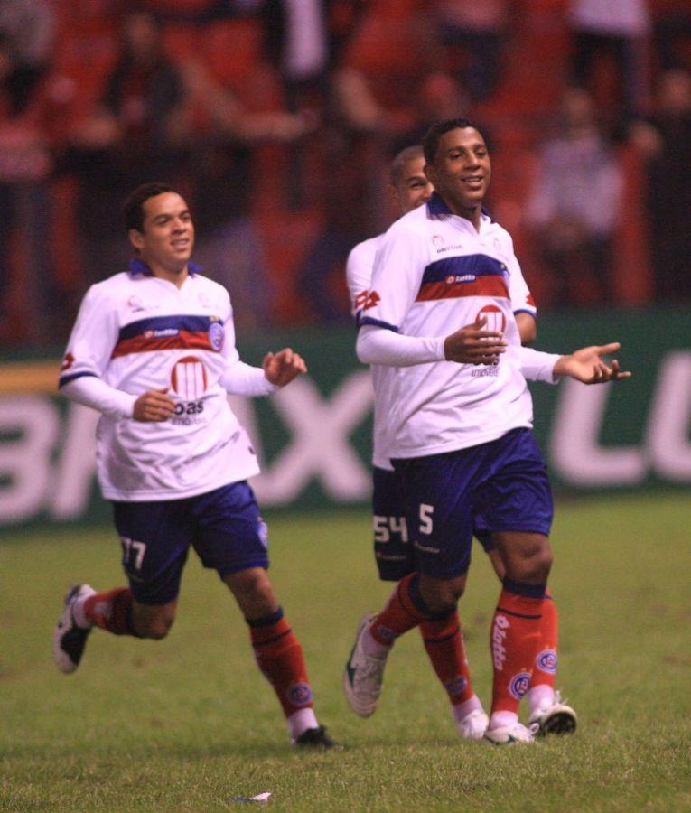 Lulinha e Marcone marcaram os gols da vitória do Bahia sobre o Atlético-PR neste sábado