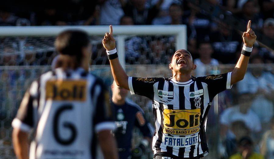 O ex-palmeirense Washington comemora gol na vitória do Ceará diante do Verdão