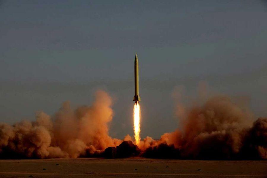 Irã lança míssel durante seus tradicionais exercícios de defesa / Foto: RAOUF MOHSENI/AFP