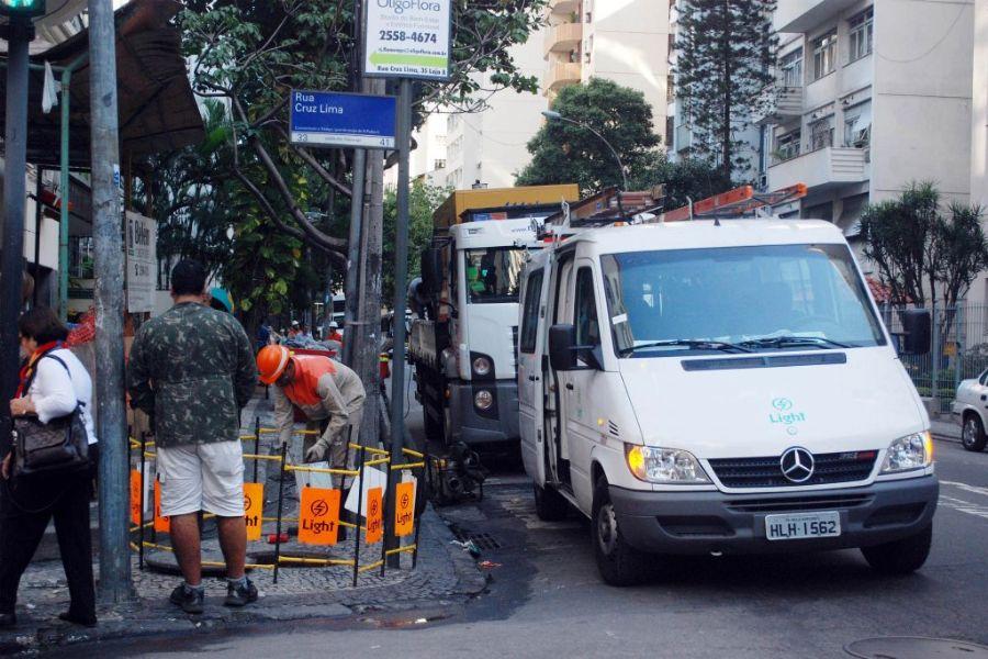 Técnicos da Light e bombeiros foram ao local para realizar reparos / Foto: Adriano Ishibashi/Futura Press