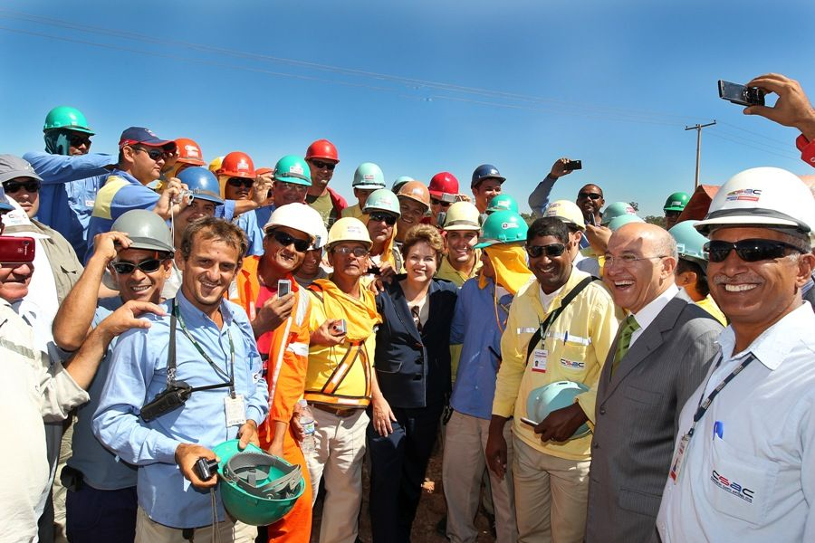 Presidente Dilma Rousseff posa para foto com trabalhadores da Santo Antônio Energia / Foto: Roberto Stuckert Filho/PR