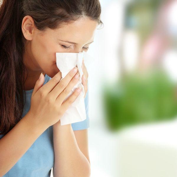 A recorrência dos sintomas e a ausência de febre devem atentar o paciente para a possibilidade de rinite alérgica, segundo especialista / Piotr Marcinski /Shutterstock