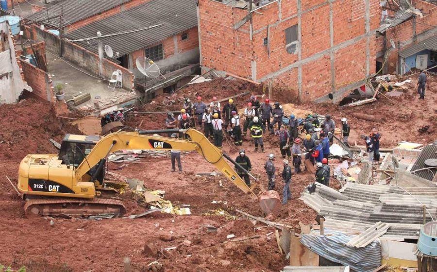 O deslizamento ocorreu na região Avenida Alda, em São Paulo, na divisa com o município de Diadema  / Foto: Daniel Teixeira/AE