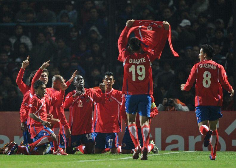 Costa-riquenhos comemoram vitória sobre a Bolívia / Foto: Juan Mabromata/AFP