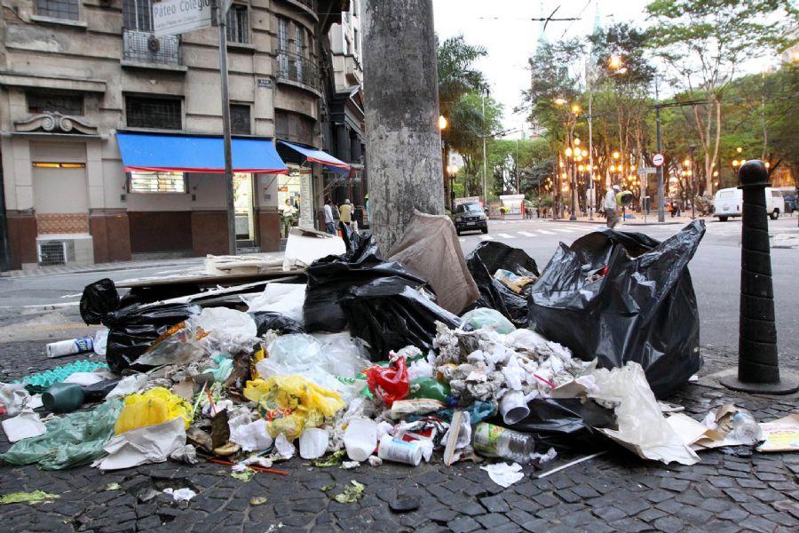 Lixo acumulado próximo ao Pátio do Colégio, na região central de São Paulo