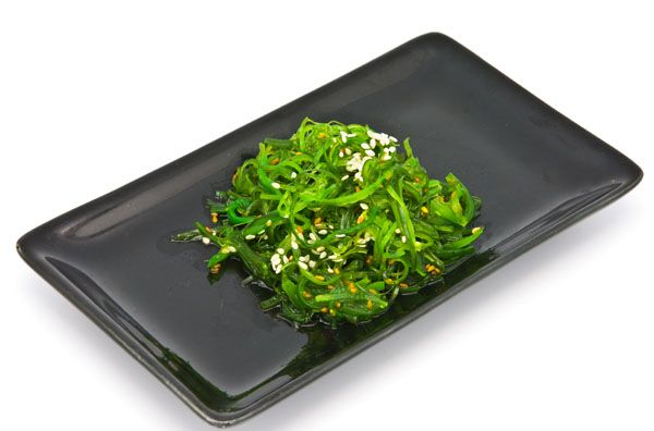Salada de algas é uma das melhores opções de cardápio por ser rica em ferro / Wuttichok / Shuttestock