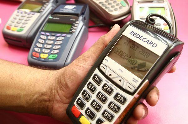 O uso do cartão de crédito tem sido o principal instrumento de compra nas classes C e D / Daniel Teixeira / AE