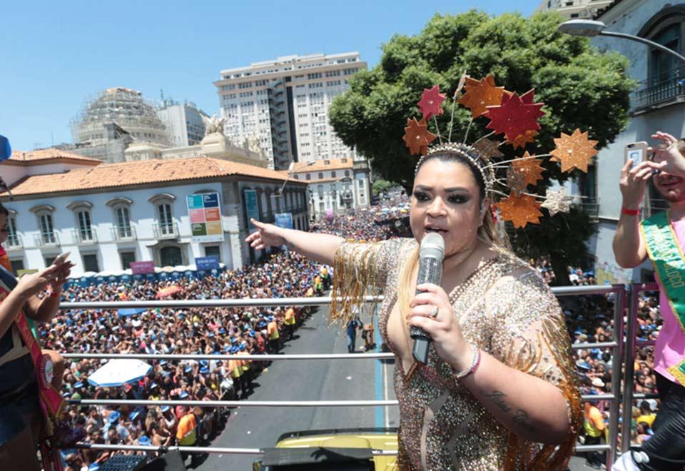 Preta Gil leva amigos famosos para bloco no Rio