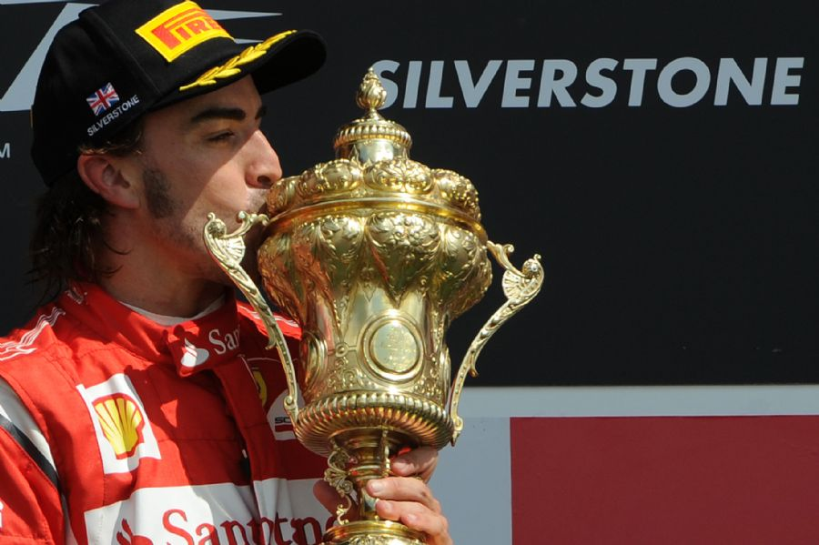 Com o resultado, Alonso tornou-se o quinto maior vencedor da História / Foto: Dimitar Dilkoff/AFP