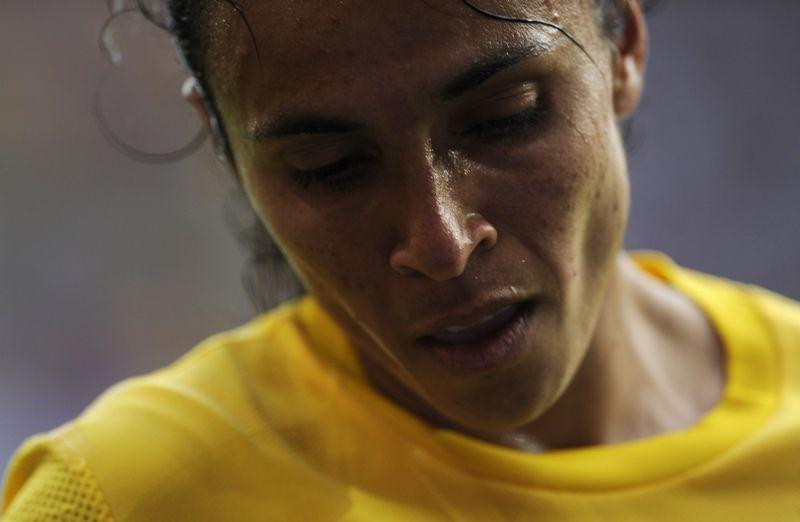 De cabeça baixa, Marta o campo com a eliminação do Brasil na Copa do Mundo / Odd Andersen/AFP