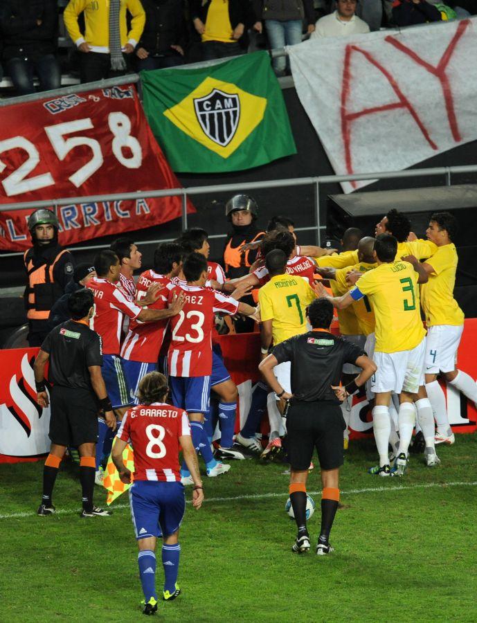 Brasileiros e paraguaios se envolveram em confusão na prorrogação. Lucas Leiva e Alcaraz foram expulsos <a href='http://www.band.com.br/esporte/futebol/selecao/noticia/?id=100000444638' target='_self'><b><u>Leia mais</u></b></a></span>