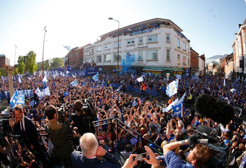 Leicester faz a festa após o título