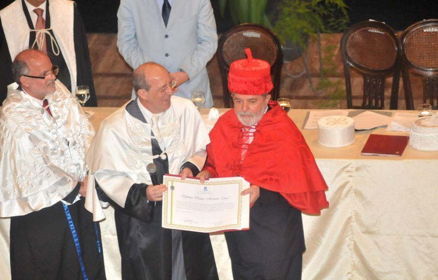 Lula usou as vestes talares na cor vermelha, que simbolizaram a áraea de Ciências Humanas  / Foto: Aldo Carneiro/AE