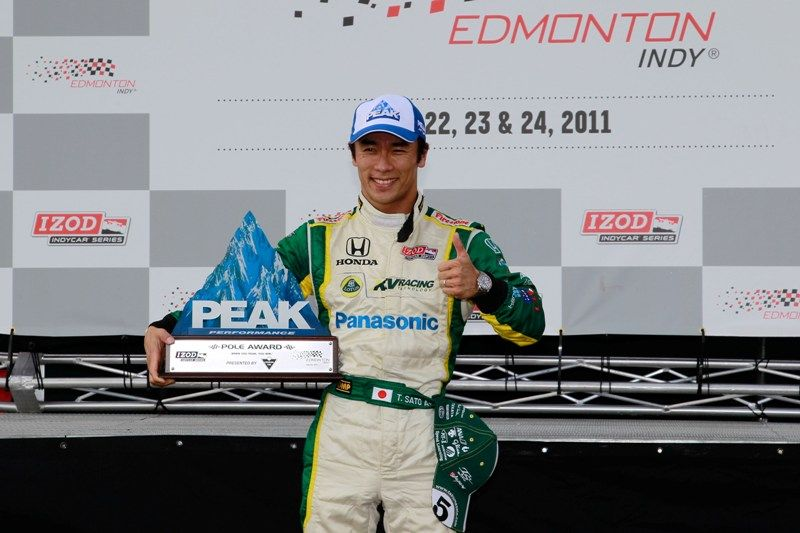 Takuma Sato exibe troféu que conquistou por largar na pole position em Edmonton / Chris Trotman/Getty Images/North America/AFP