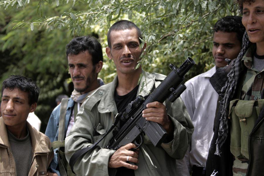 O exército e membros das forças de segurança reunidos durante a criação da Aliança das Tribos do Iêmen / Mohammed Huwais / AFP