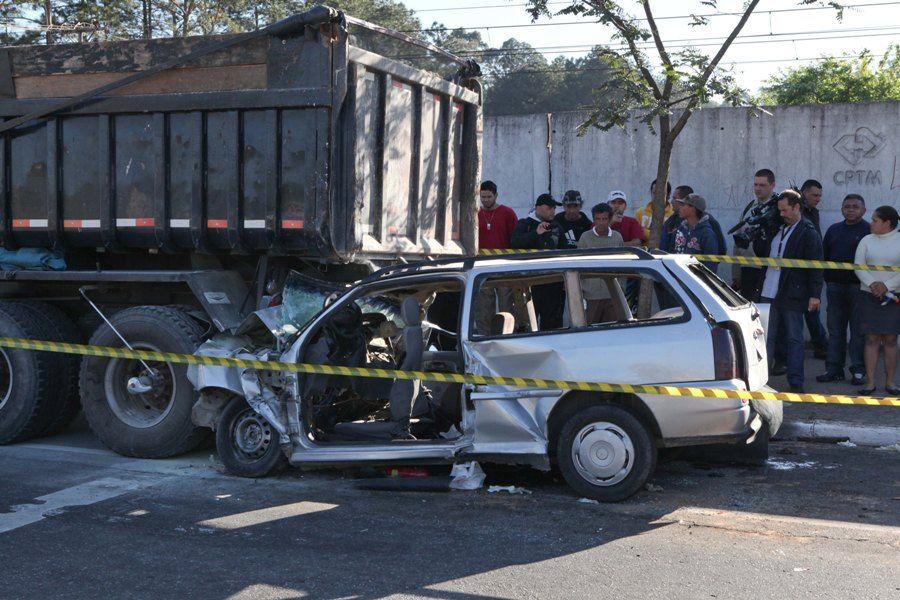 Carro foi parar debaixo do caminhão, na Grande SP / Foto: Rodrigo Coca/Fotoarena/AE