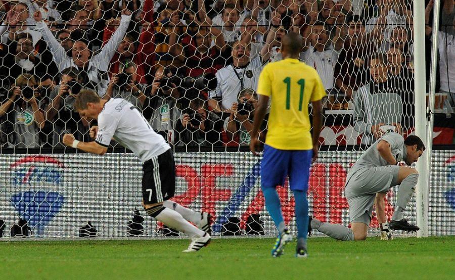 Schweinsteiger comemora primeiro gol da Alemanha na partida para desepero do goleiro Julio César / Thomas Kienzle/AFP