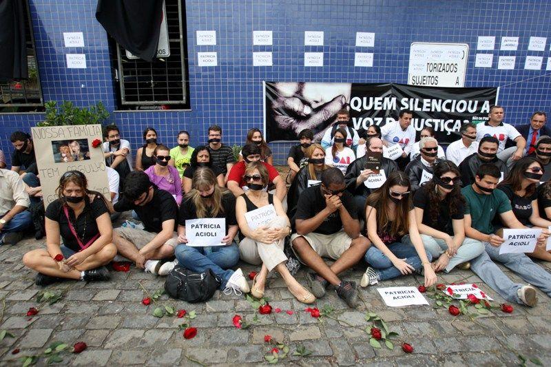 Parentes e amigos fazem protesto contra a morte da juíza Patrícia Acioli, em ao fórum de São Gonçalo, no RJ / Tasso Marcelo/AE
