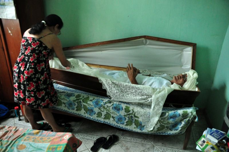 Aposentado passou a dormir em um caixão após pacto de infância / Leonardo Morais/AE