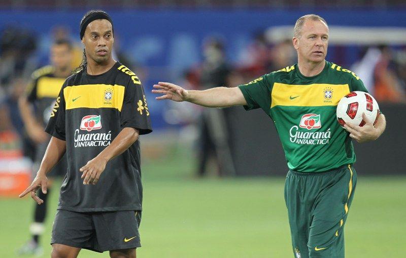 Mano Menezes rasgou elogios a Ronaldinho Gaúcho para justificar sua volta à Seleção  /  Divulgação/Mowa Press
