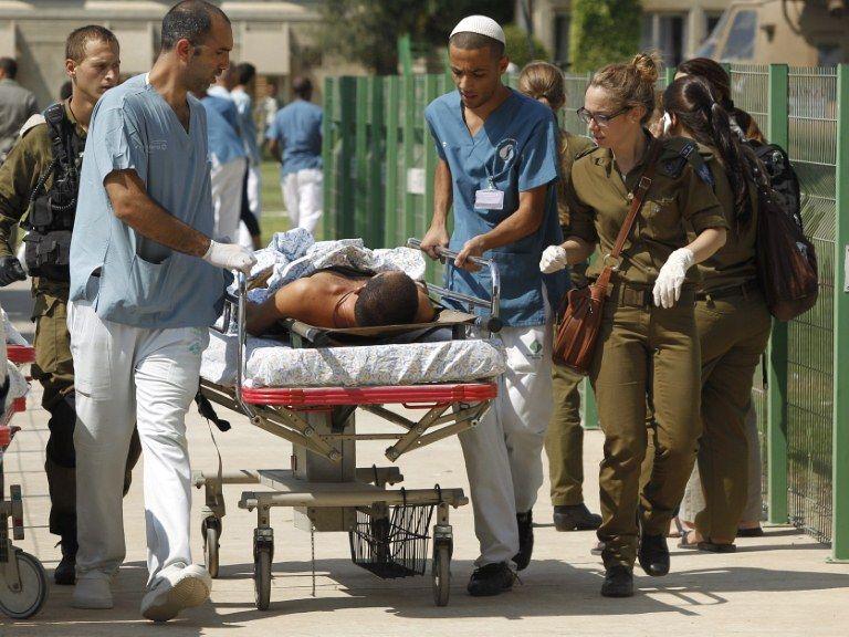 Vítima do ataque é encaminhadas ao hospital / Ilan Assayag/ AFP