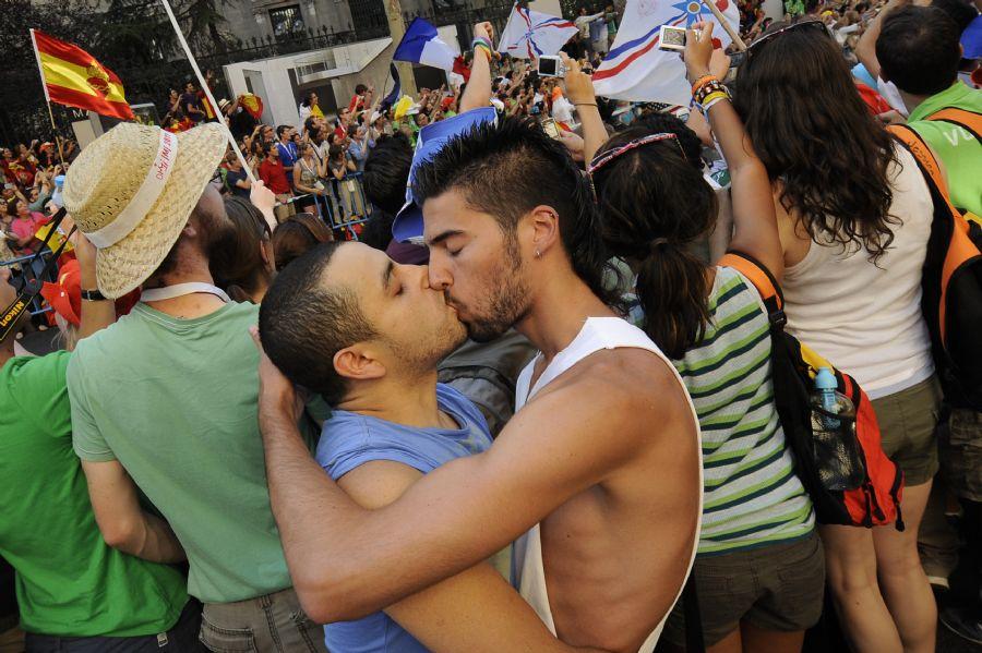 Cerca de 50 homossexuais se beijaram na presença de policiais / Pedro Armestre/ AFP