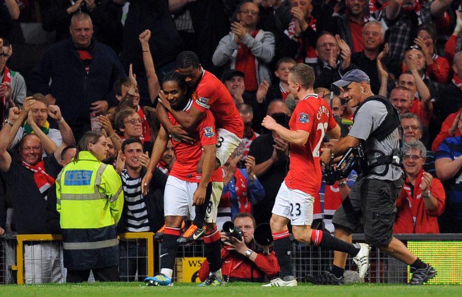 Anderson é abraçado pelos companheiros após marcar o segundo gol do United / Andrew Yates/AFP