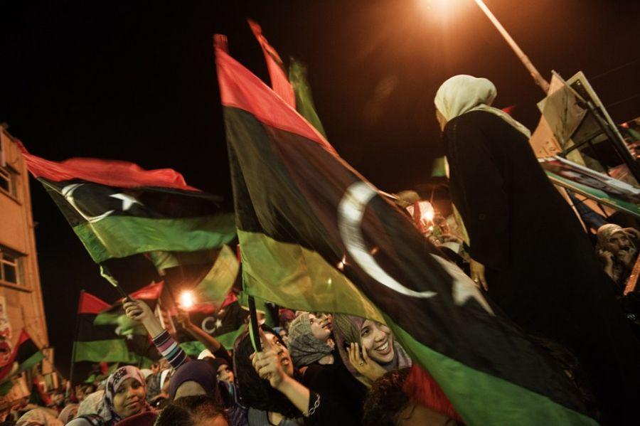 Milhares de pessoas gritam slogans políticos e religiosos na praça da Liberdade, em Benghazi / Gianluigi Guercia / Afp