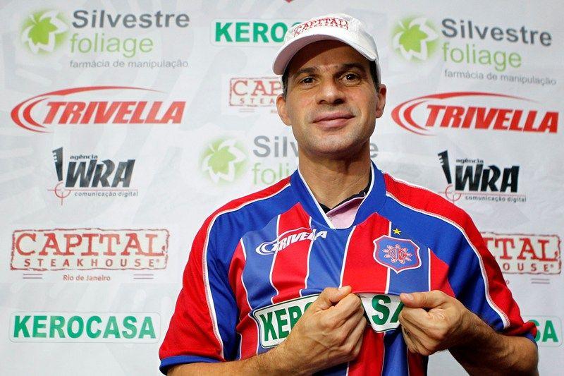 Túlio mostra escudo do Bonsucesso em sua apresentação nesta terça-feira / Fernando Soutello/AGIF/AE