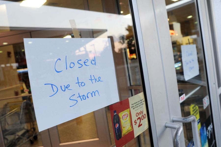 Avisos são espalhados por lojas dos Estados Unidos em preparação para o furacão Irene, principalmente nas cidades evacuadas / William Thomas Cain/AFP