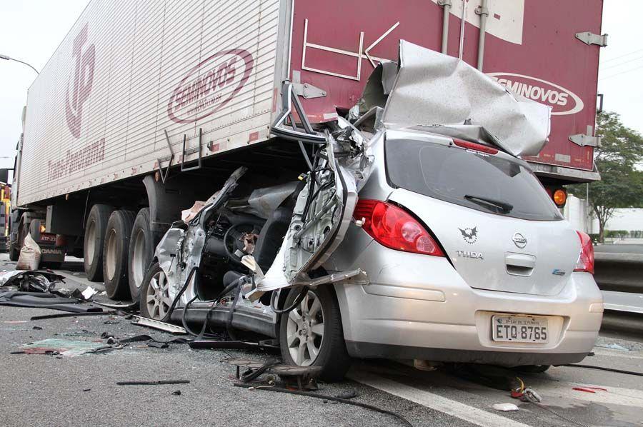 Carro ficou preso na traseira do caminhão após acidente na Castello  / Luiz Guarnieri/ AE