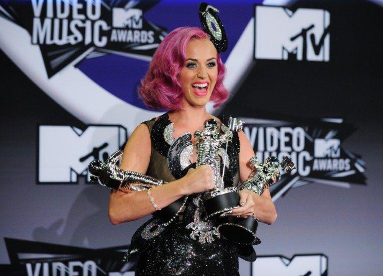 Katy Perry quase não conseguiu posar com todos os prêmios / Frederic J. Brown/AFP