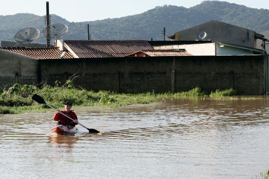 Morador de bairro alagado em Itajaí, em SC, após chuvas / Werther Santana/AE