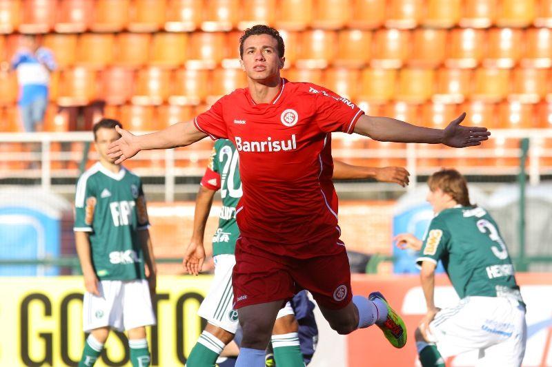 Leandro Damião comemora um dos três gols que fez no Pacaembu na vitória do Inter sobre o Palmeiras / Idário Café/VIPCOMM